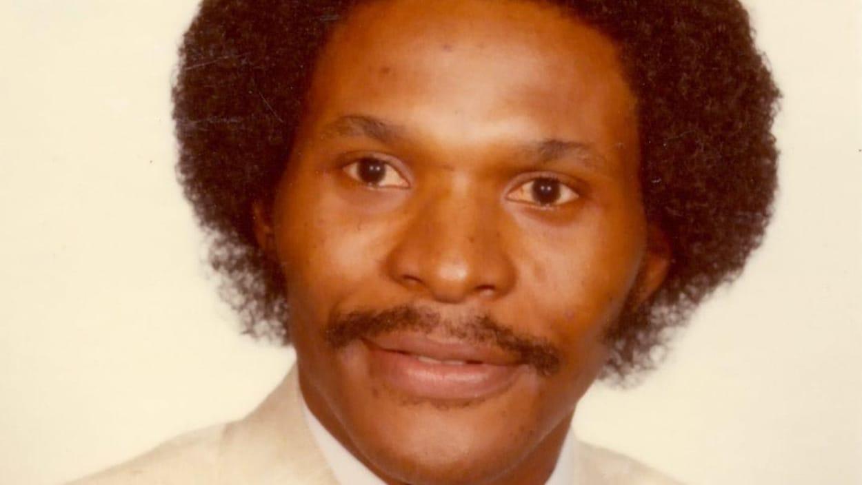 Photo d'un homme noir avec une moustache et un afro