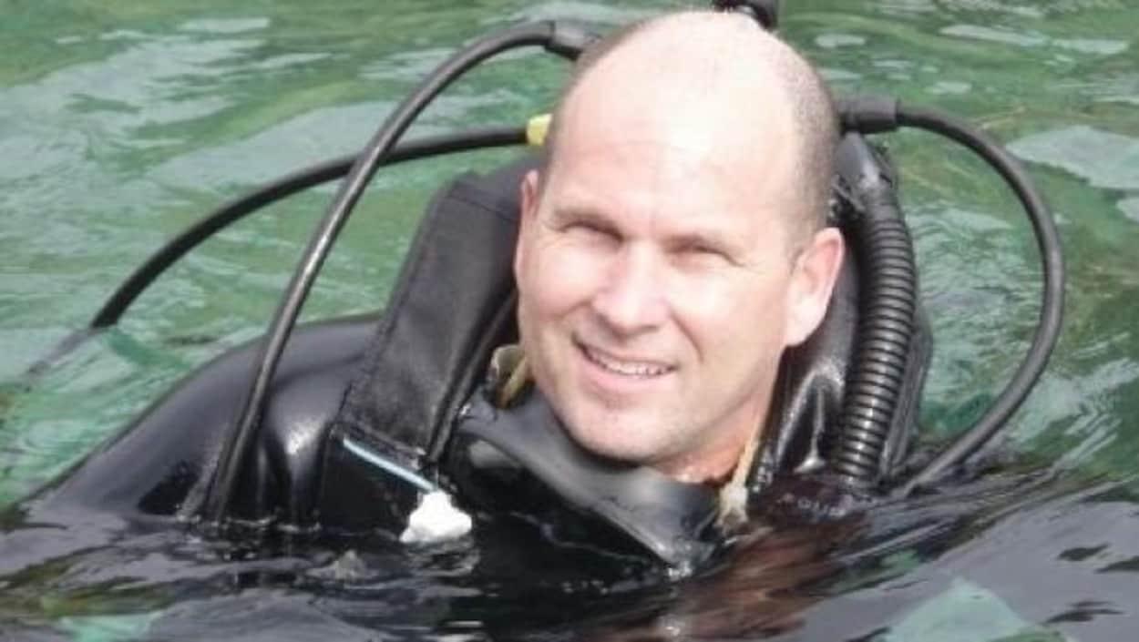 Allen McGuire en combinaison de plongée.