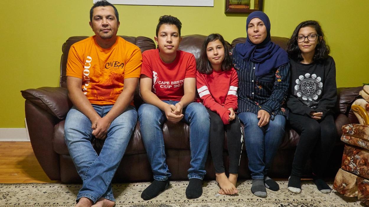 La famille Alnaasan assise sur un divan.