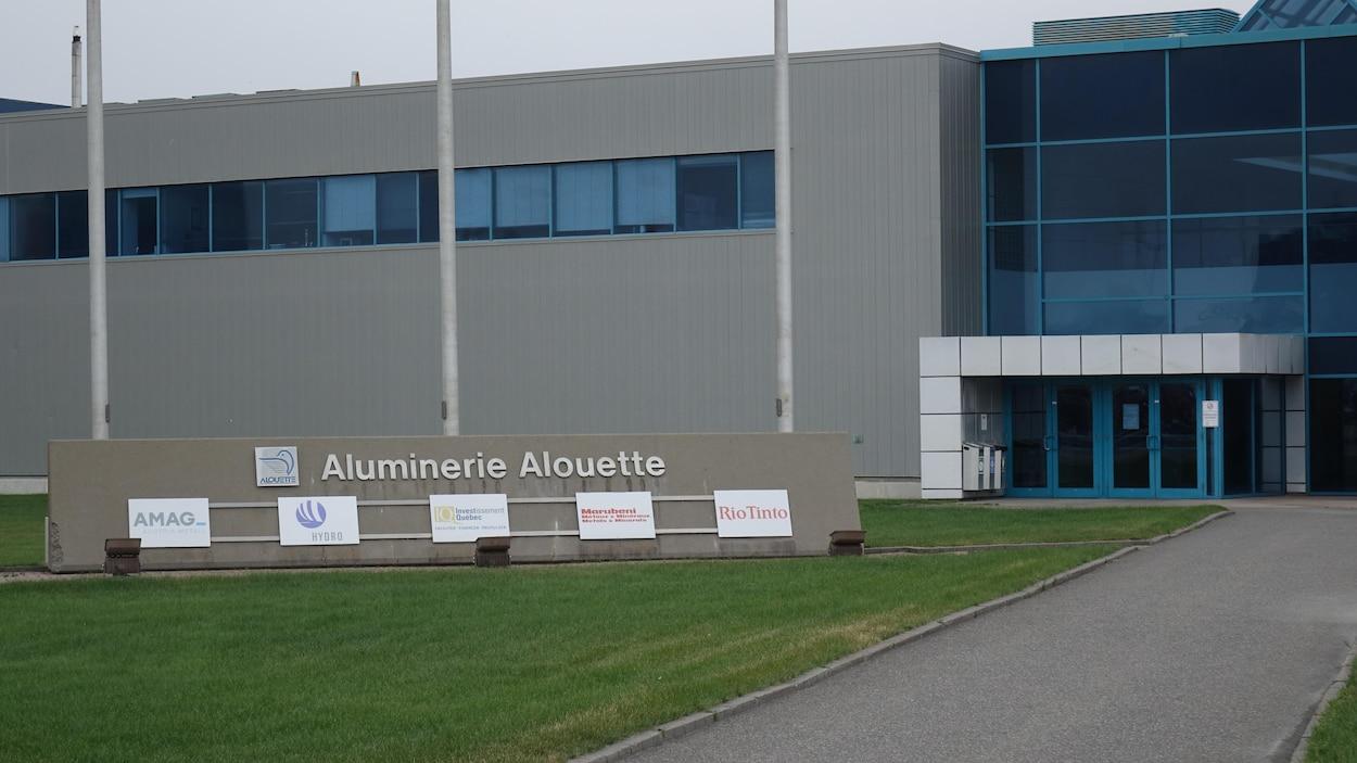 Entrée principale des bureaux de l'Aluminerie Alouette, à Sept-Îles.