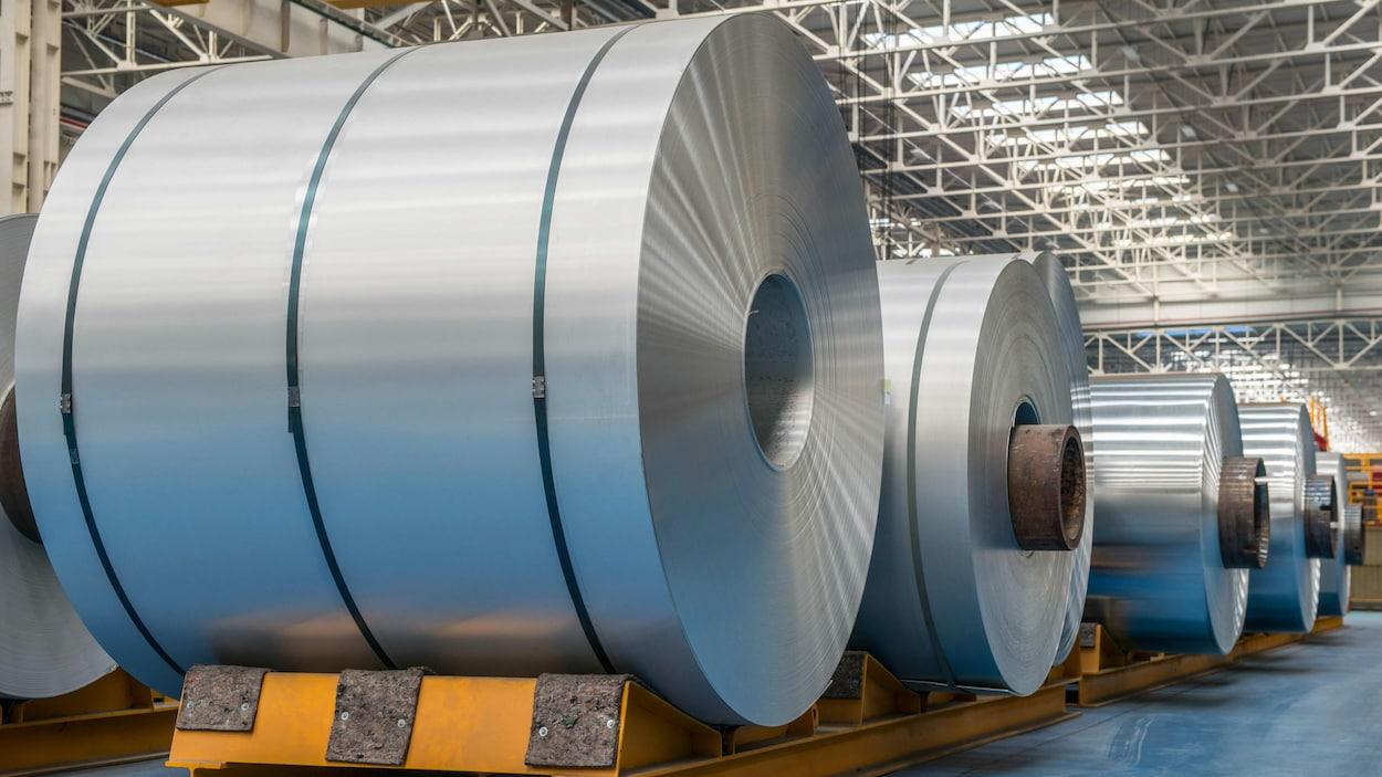 Des rouleaux d'aluminium dans une usine.