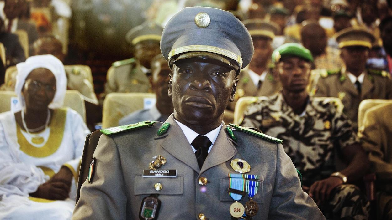 Plan moyen du capitaine Sanogo en uniforme de cérémonie.