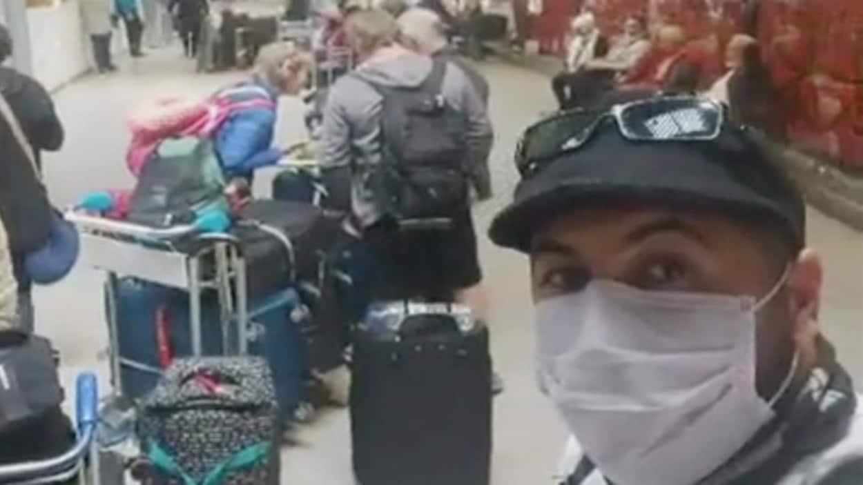 Chawki Amal se prend en photo dans une longue file de voyageurs désemparés.