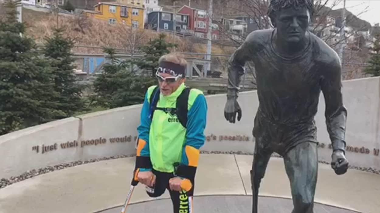 Guy Amalfitano debout à côté de la statue de Terry Fox à Terre-Neuve