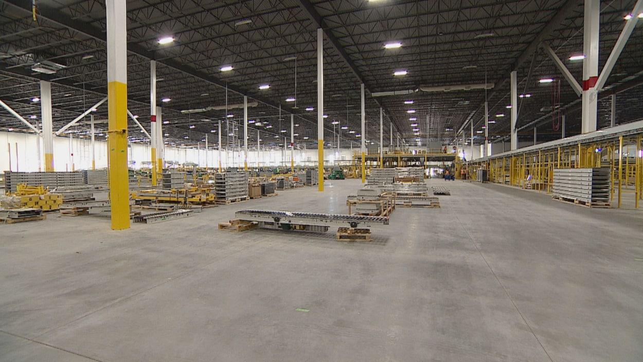 Vue sur l'intérieur de l'entrepôt en construction.