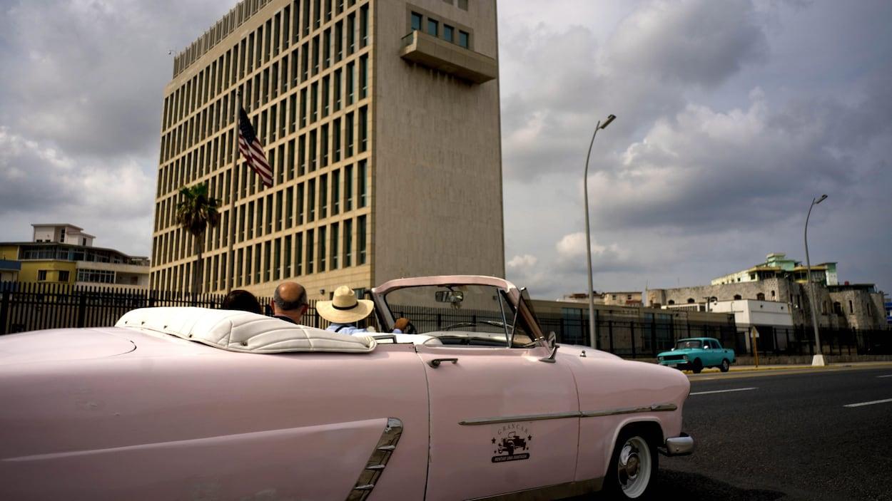 Une voiture passe devant l'ambassade.