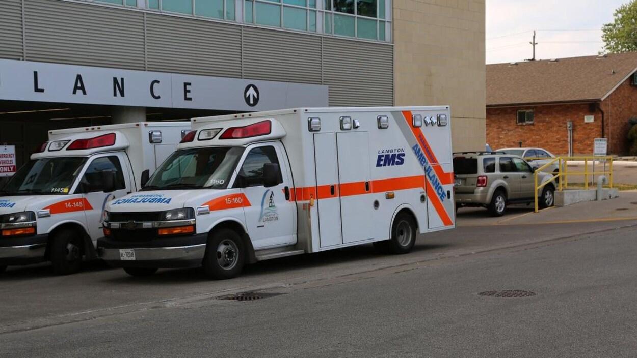 Une ambulance et un hôpital à l'arrière.