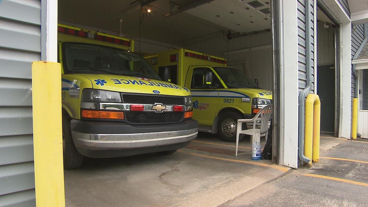 Deux ambulances stationnées dans un garage