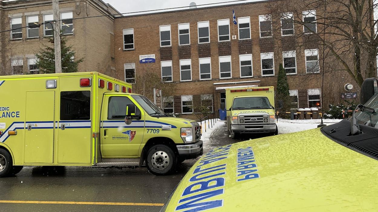 Trois ambulances devant l'École Saint-Jean-Bosco.