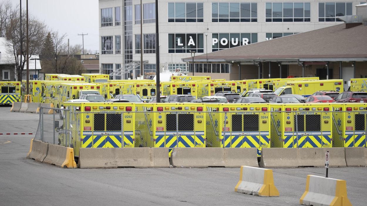 De nombreuses ambulances stationnées.