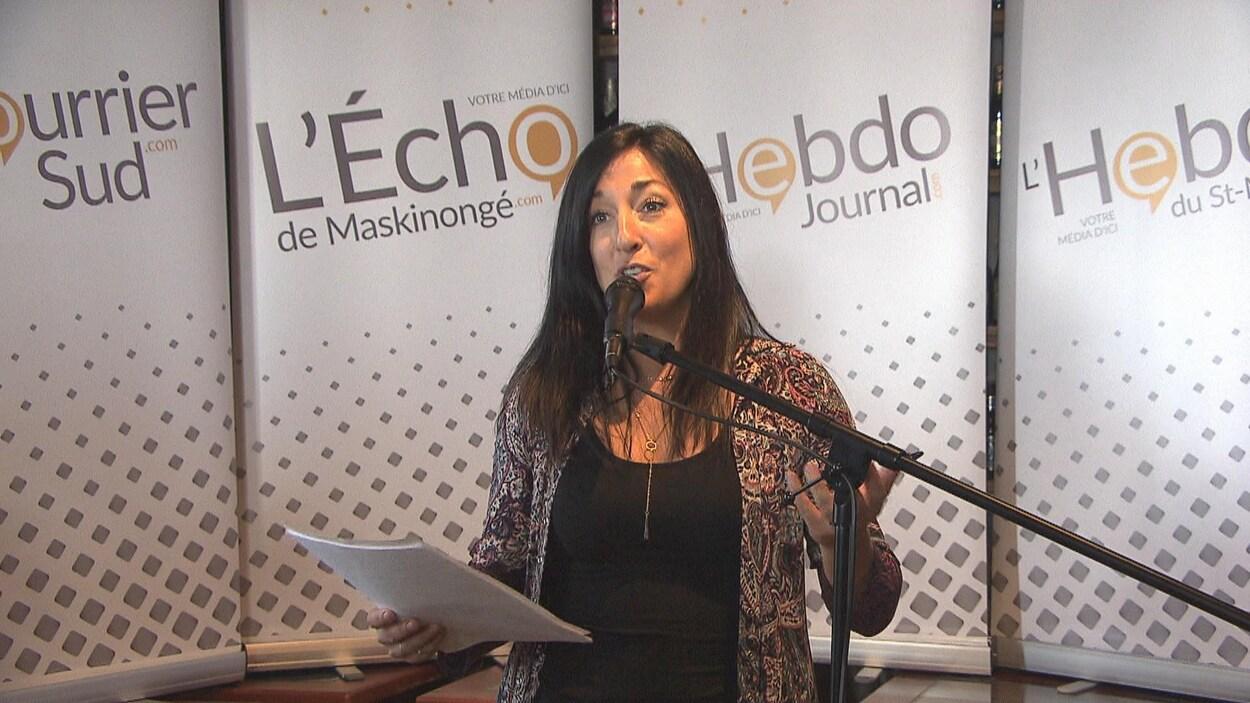 La DG des Hebdos Mauricie, Amélie St-Pierre, au micro lors d'une conférence de presse