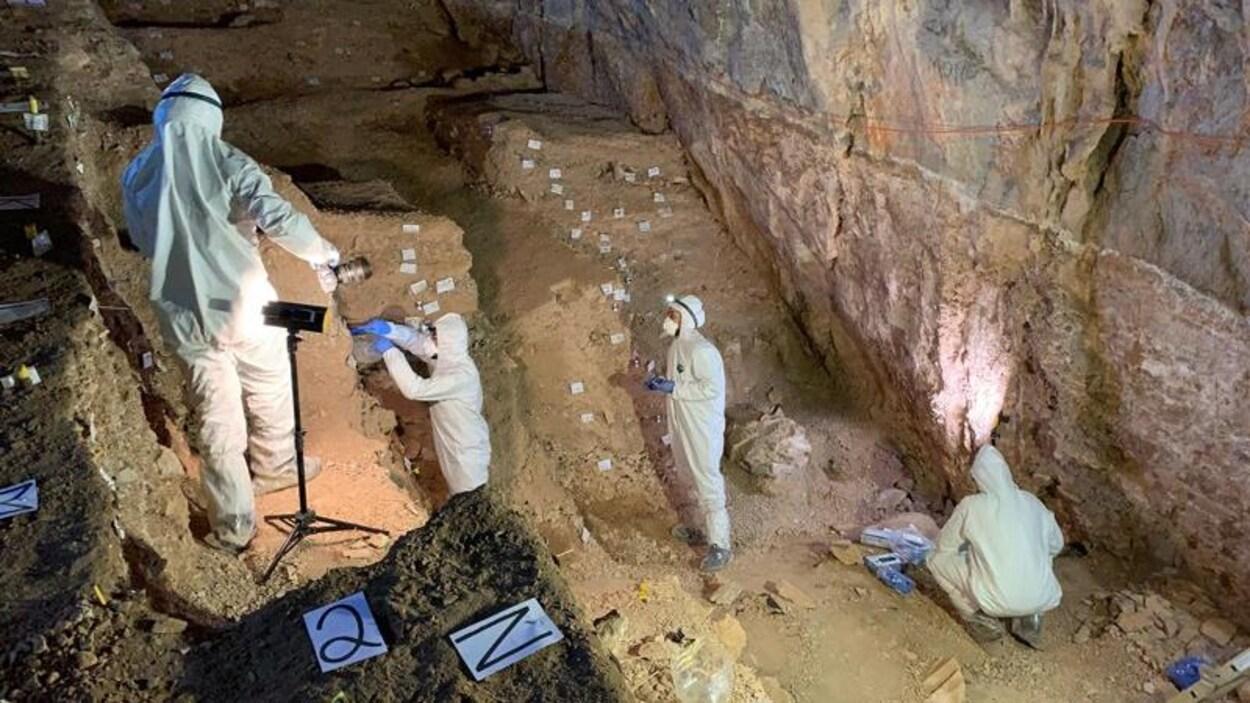 Des archéologues dans la grotte de Chiquihuite, au Mexique.