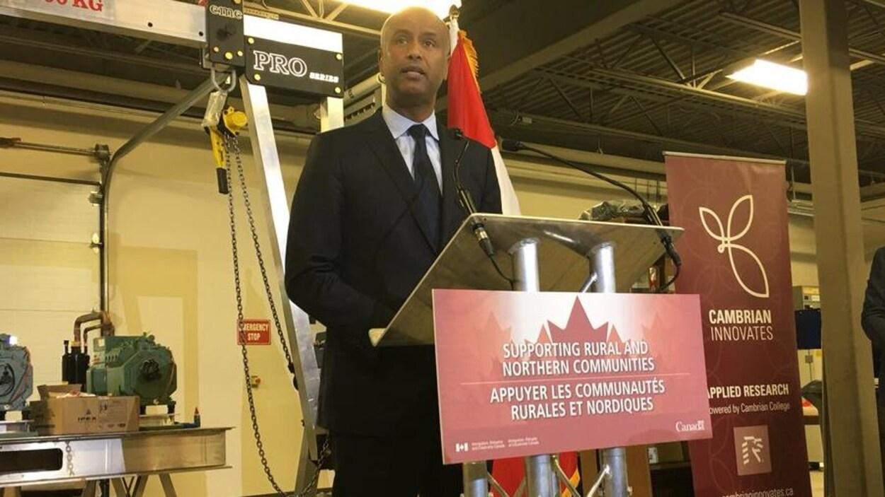 Le ministre Amhed Hussen en conférence de presse dans le Grand Sudbury.