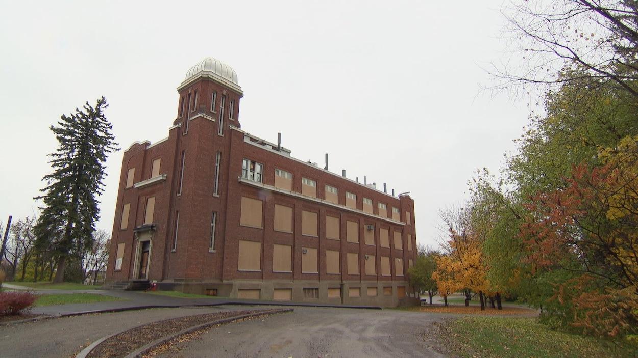 L'ancien édifice du Collège Nouvelles Frontières est situé au 100, rue Gamelin, dans le secteur de Hull à Gatineau.