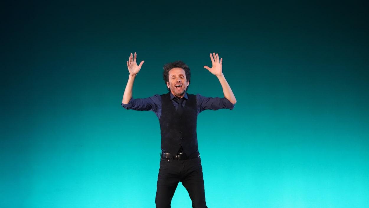 L'humoriste André Sauvé sur scène à Québec.