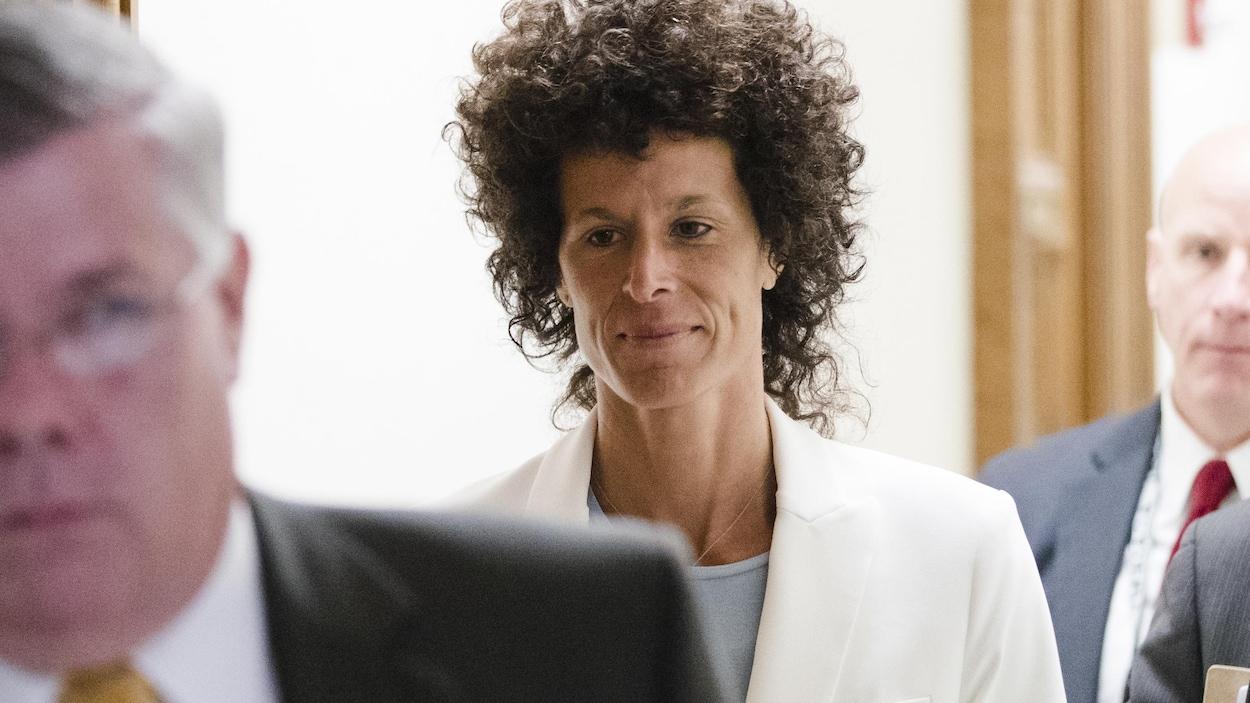 La femme aux cheveux frisés noirs marche dans les couloirs d'un palais de justice en juin 2017.