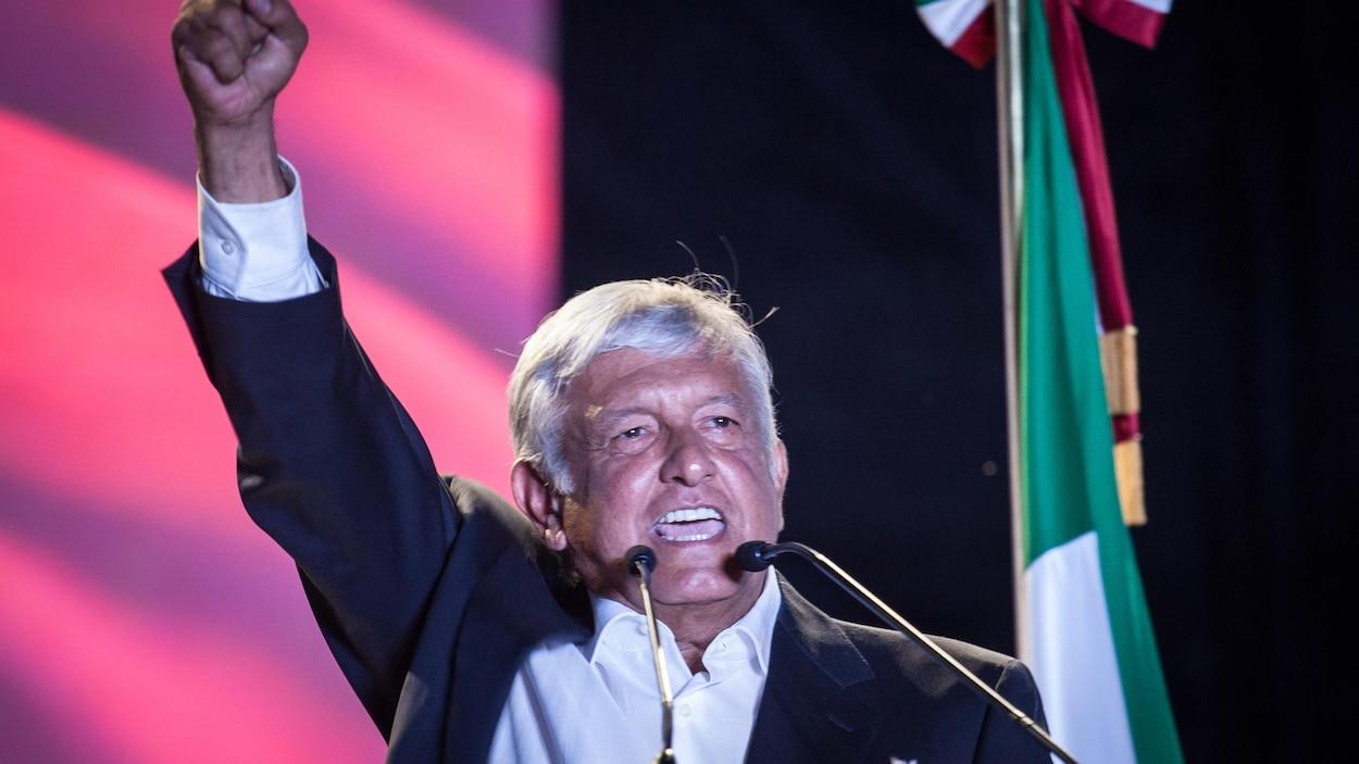 M. López Obrador lève le poing.