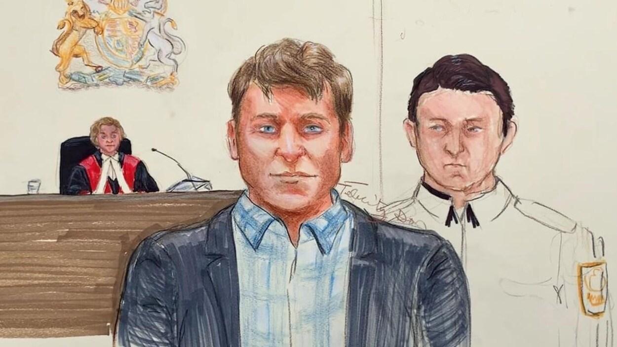 Portrait d'un homme au visage inexpressif accompagné par un policier devant la juge.