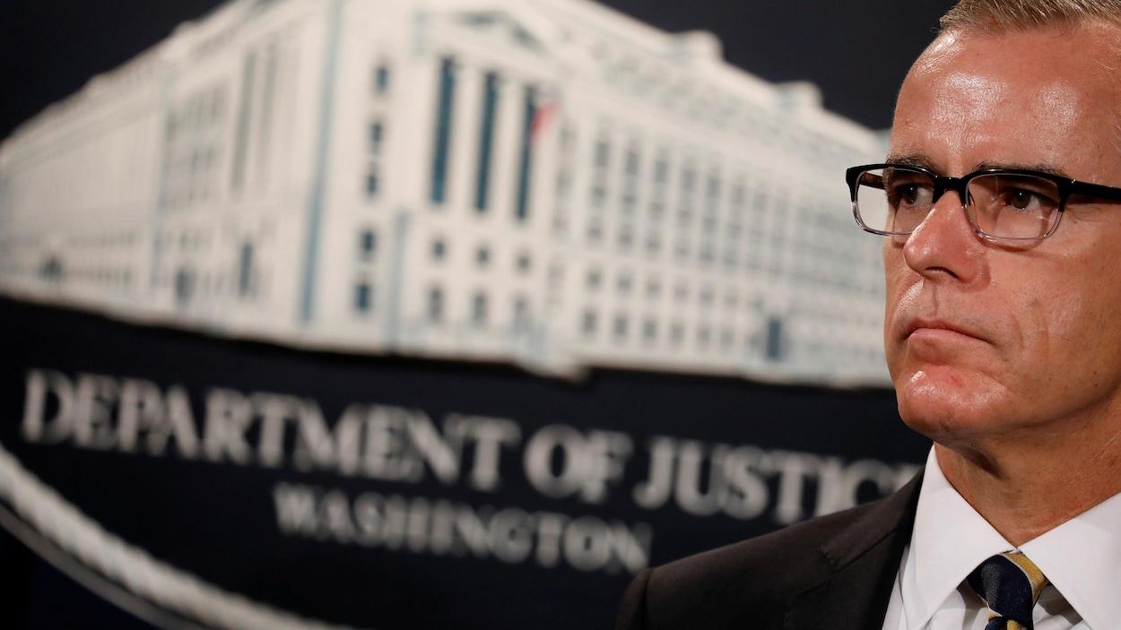 Andrew McCabe regarde vers la droite dans un local du département américain de la Justice.