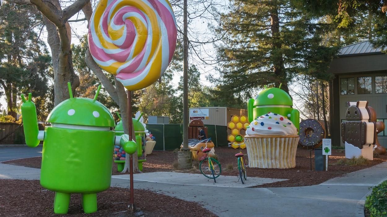 Des statuettes du robot mascotte d'Android sur le campus de Google, qui tiennent diverses formes de desserts.