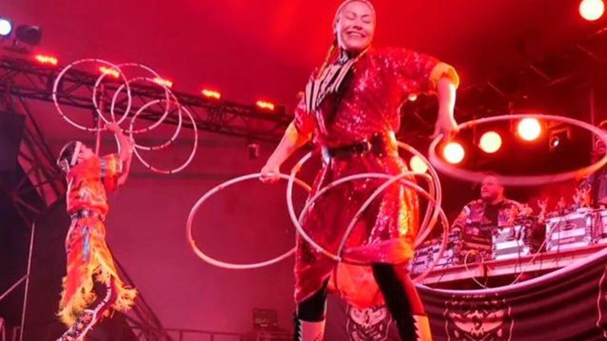 Une femme danse avec des cerceaux.