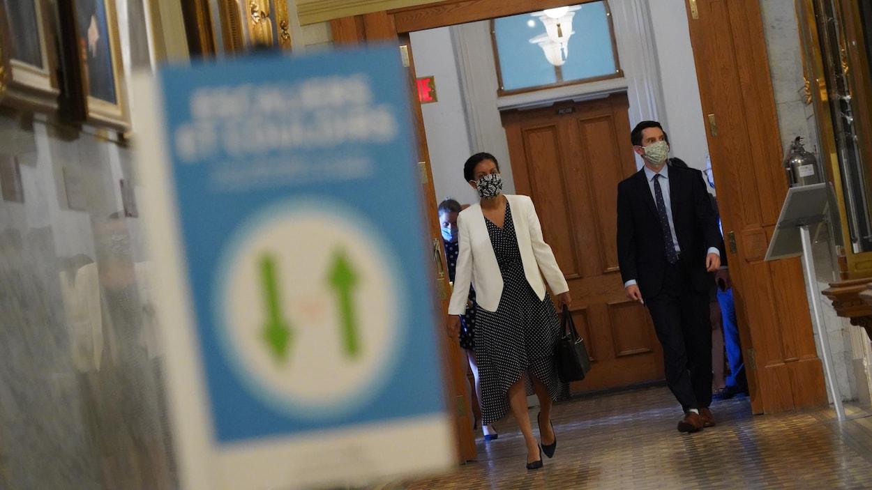Les deux élus marchant dans les couloirs de l'Assemblée nationale.