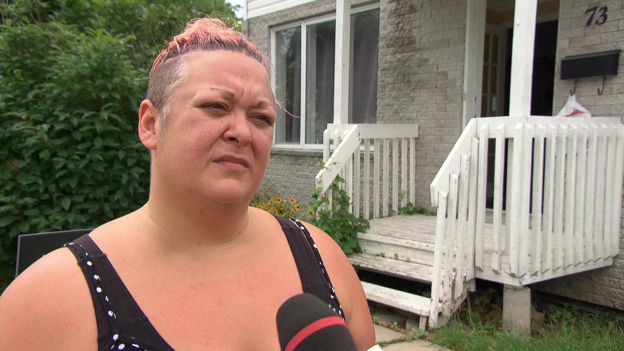 Anick Boucher répond aux questions d'une journaliste devant sa résidence.