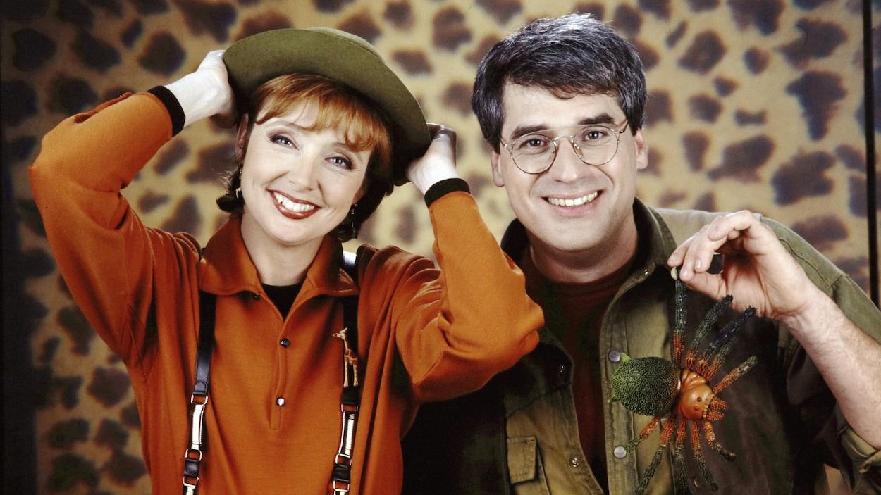 Les animateurs Sylvie Lussier et Pierre Poirier posent en tenue d'explorateurs.