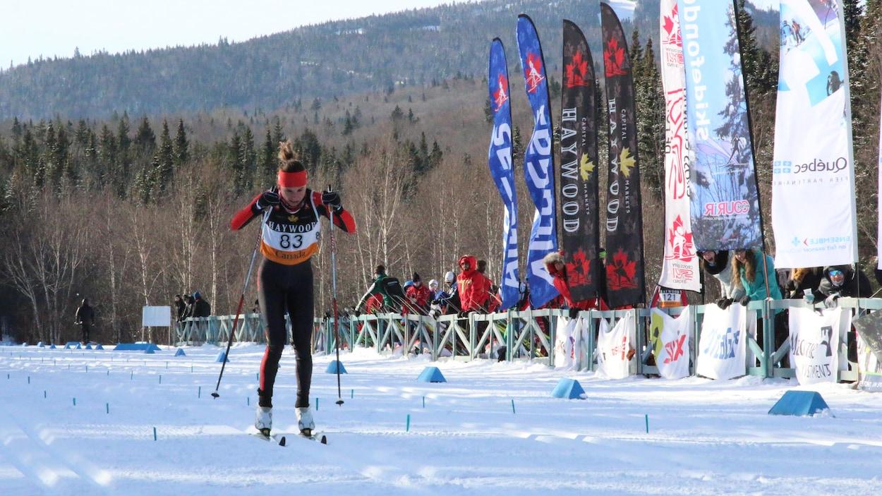 Anne-Marie Comeau franchit la ligne d'arrivée de l'épreuve du 10 km en style classique lors des qualifications olympiques au Mont-Ste-Anne