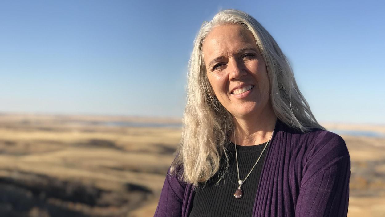 L'auteure-compositrice-interprète Annette Campagne devant un paysage des Prairies.
