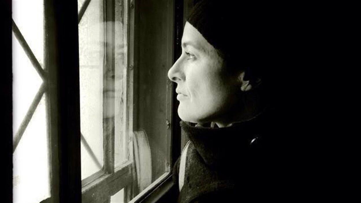 L'auteure regarde par une fenêtre