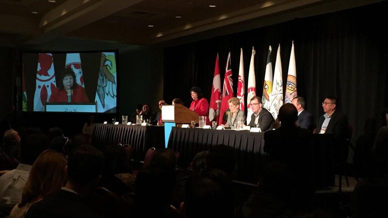 Une dizaine de politiciens sont assis à une table lors d.une conférence de presse à Thunder Bay, dans le Nord-Ouest de l'Ontario.