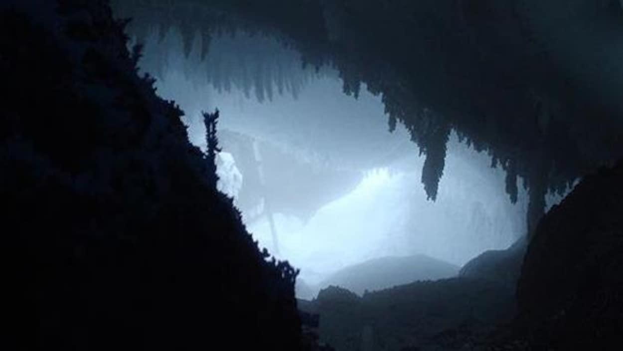 Il existe un important réseau de grottes près du mont Erubus.