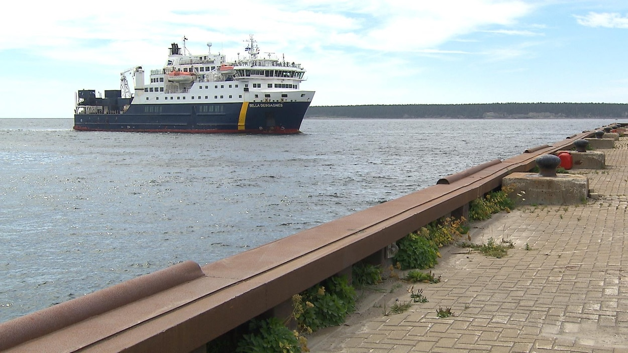 Le navire Belle-Desgagné est en direction du quai de Port-Menier sur l'Île d'Anticosti d'où la photo a été prise.