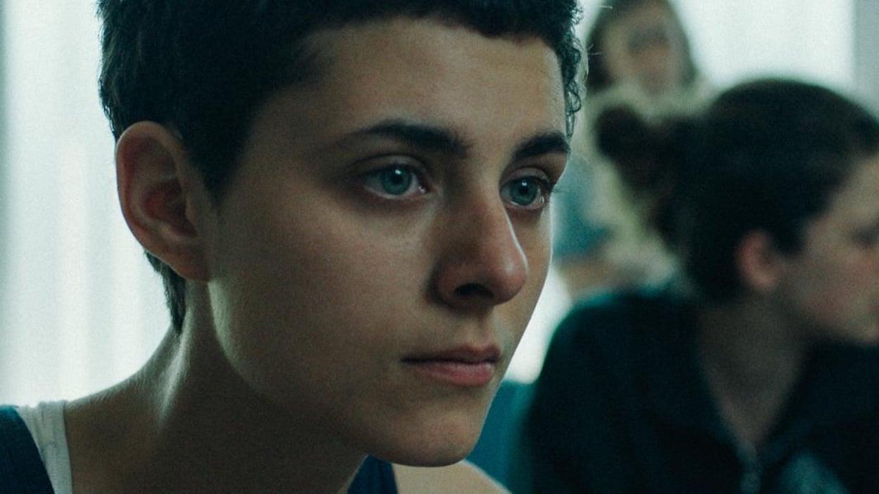 Portrait d'une jeune femme issue d'une capture d'écran d'un film.