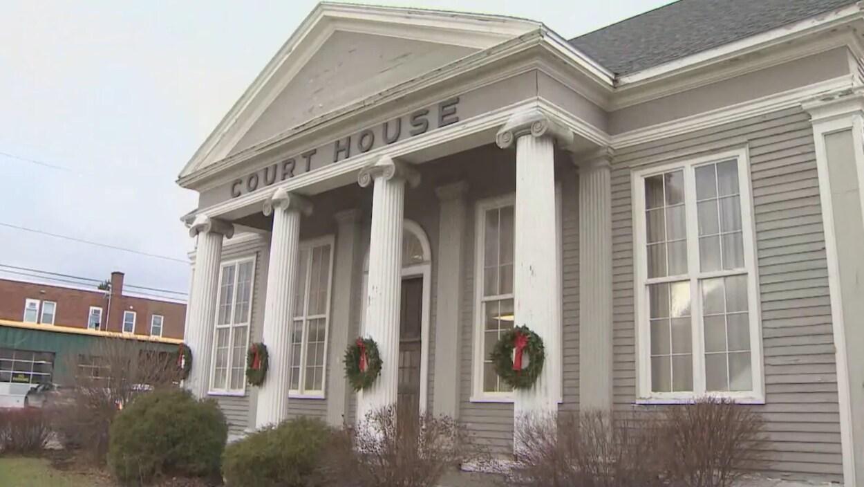 La façade du tribunal est ornée de colonnes.