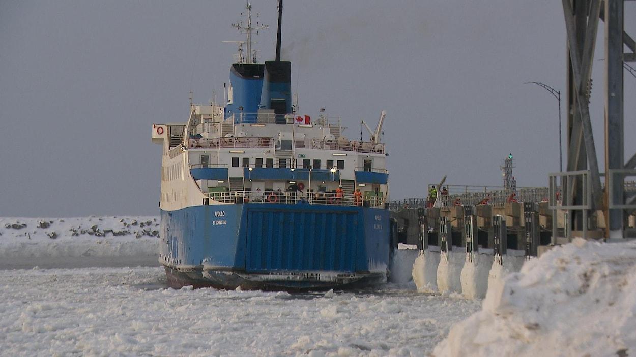 Bateau amarré au port glacé.
