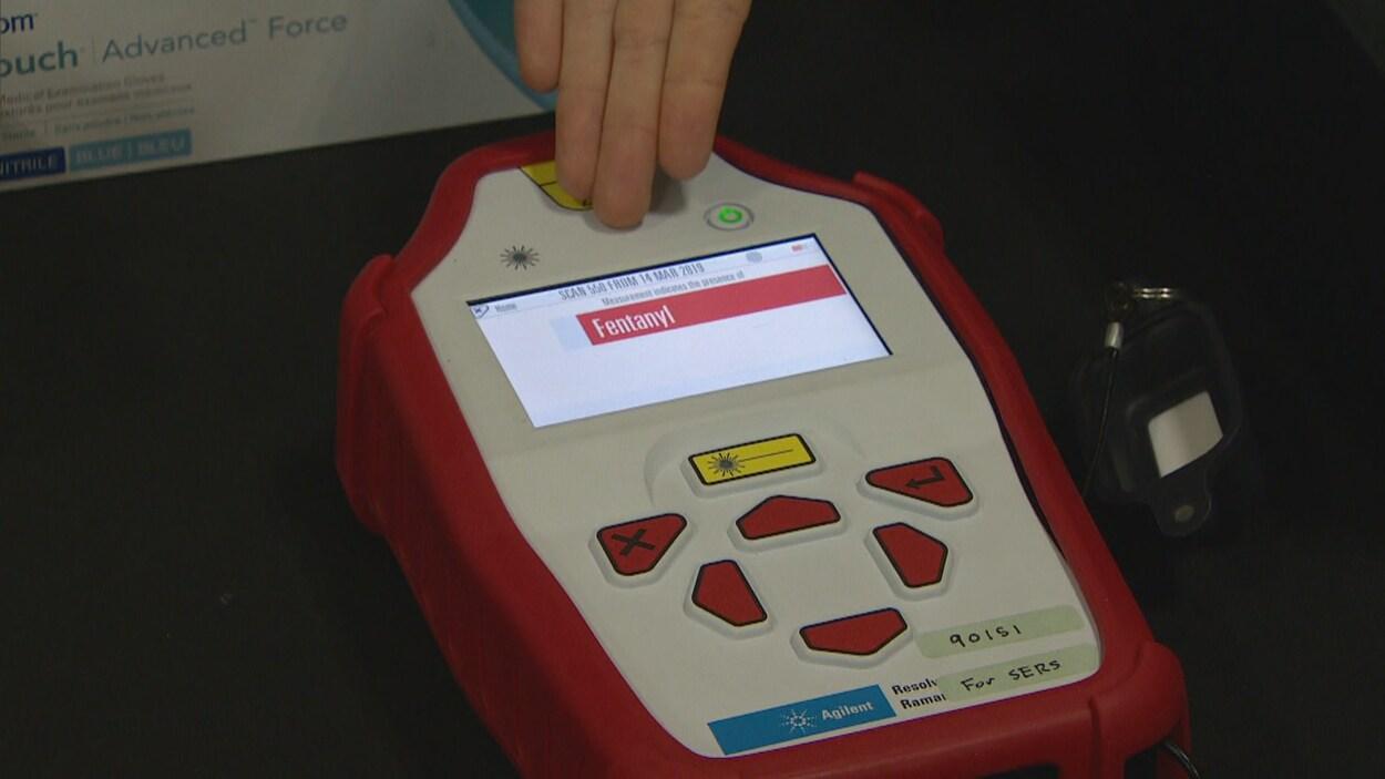L'appareil composé de gros boutons et d'un écran affiche le mot fentanyl.
