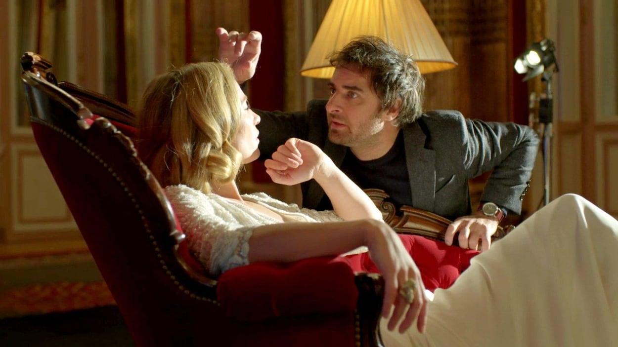 Une scène de la série Appelez mon agent mettant en vedette Cécile de France et Grégory Montel.