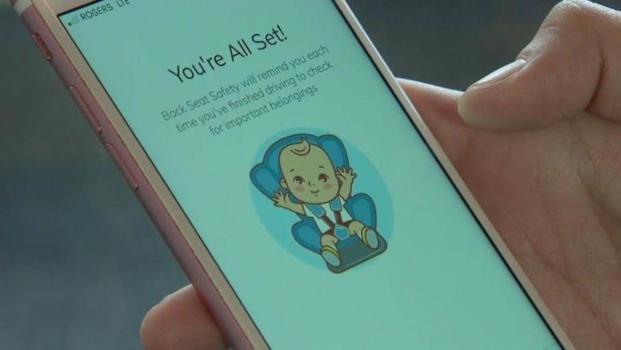 L'application mobile Back Seat Safety est sur un écran de cellulaire. On peut voir un dessin d'un bambin assis dans un siège d'auto.