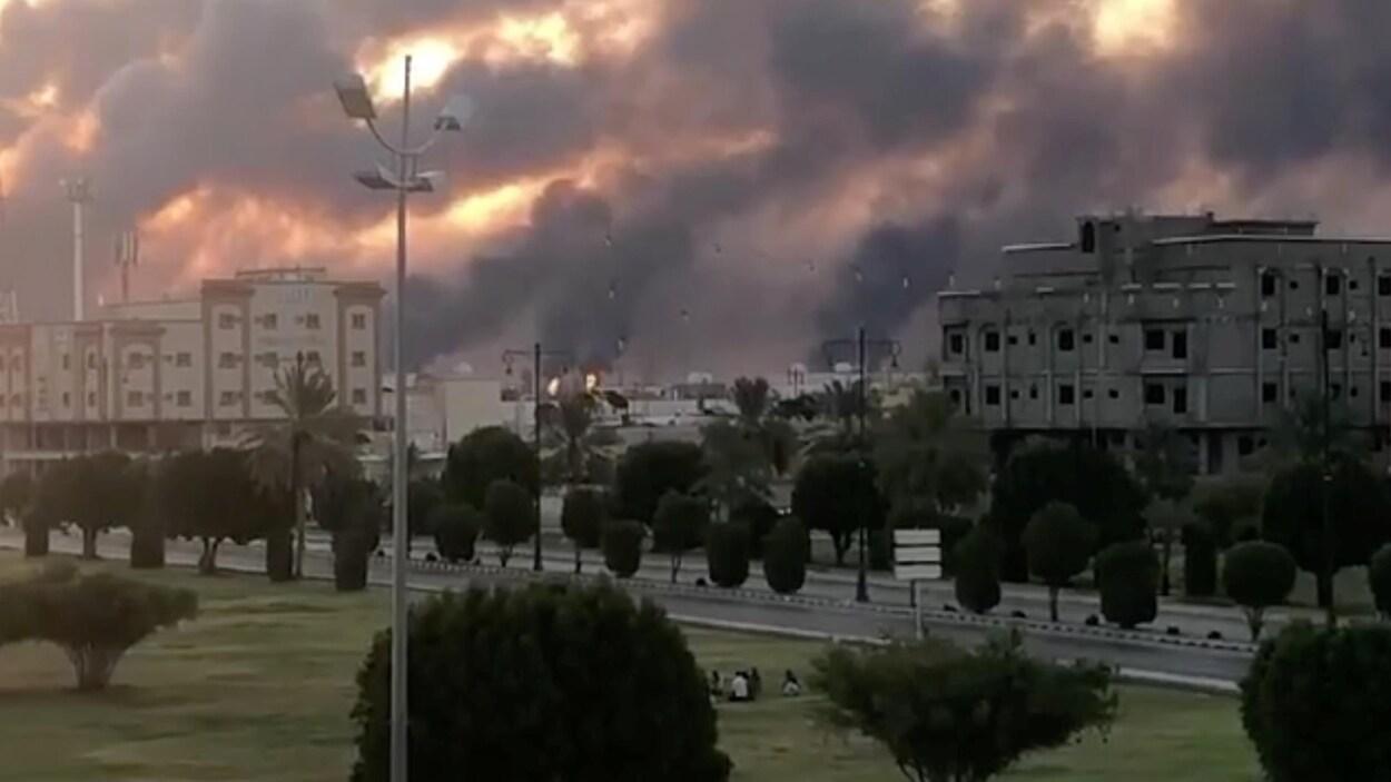 Des flames orange et de la fumée noire tapissent le ciel de la localité d'Abqaiq.