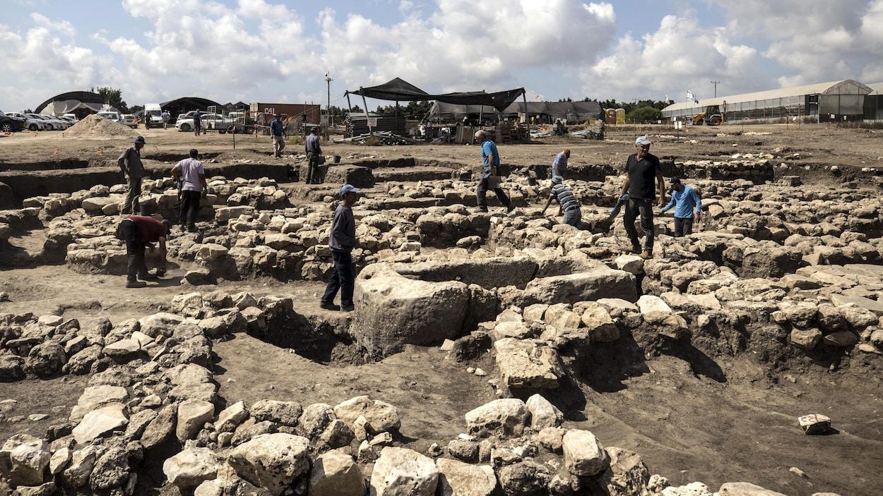 Dans le nord d'Israël, des archéologues travaillent dans une grande ville vieille de 5000 ans.
