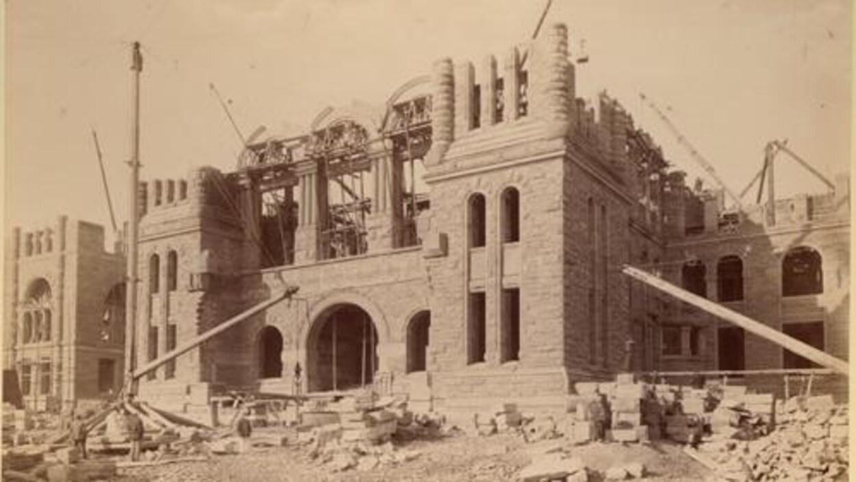 une photo d'archives orangée d'un immeuble en construction