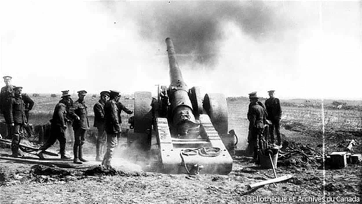 Des soldats canadiens prennent part à la bataille de la crête de Vimy.