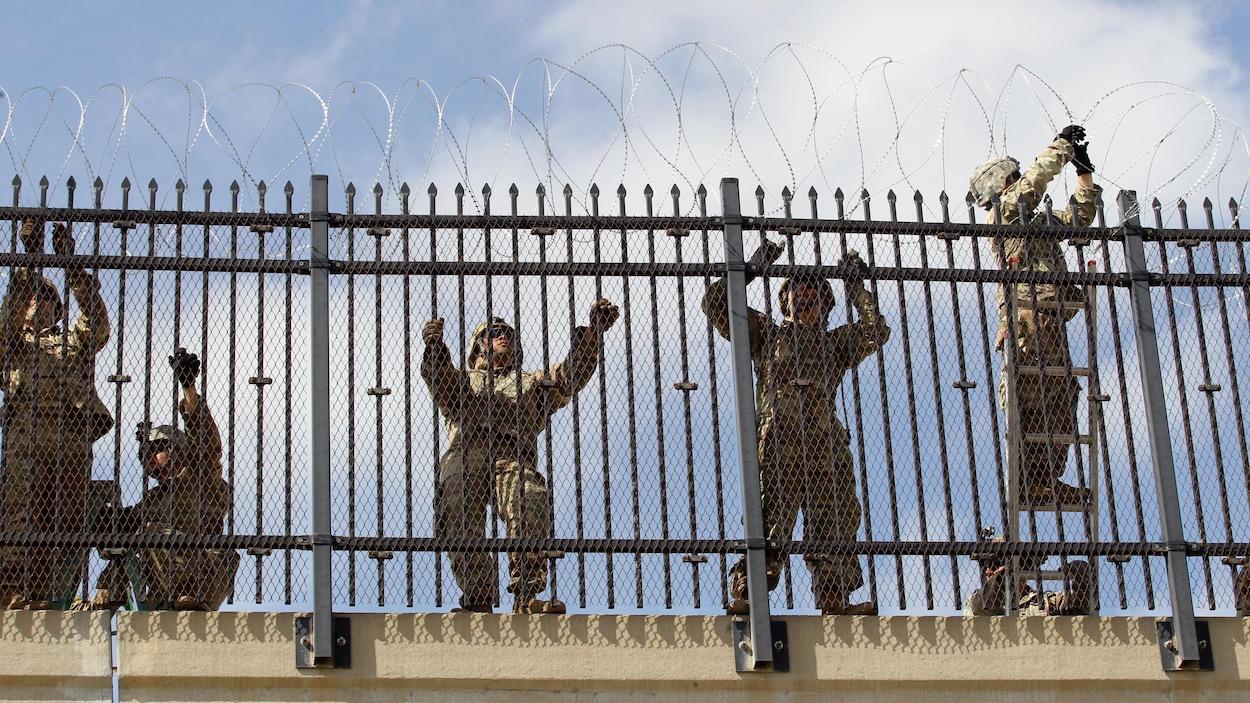Des soldats de l'armée américaine installent une clôture de barbelés près de la frontière américano-mexicaine à McAllen.