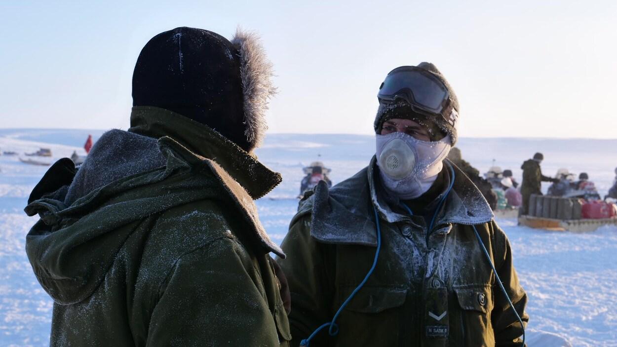 Deux soldats avec cagoules et mentaux dans l'étendue gelée de l'Arctique.
