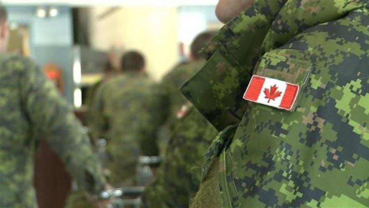 Des recrues de l'armée dans une salle de classe.