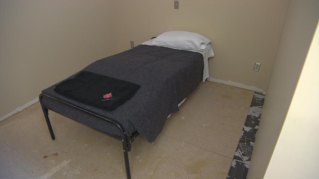 Un des 30 lits offerts par l'Armée du Salut aux réfugiés dans une section rénovée du Centre Booth.