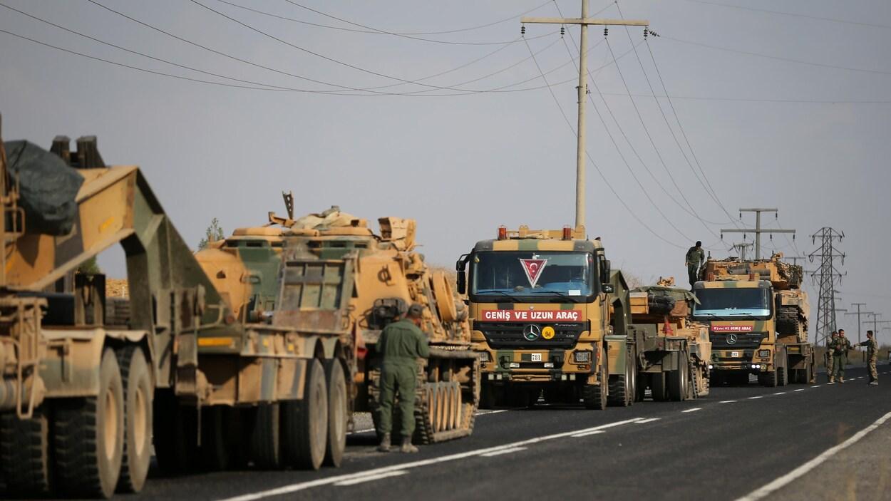 Des véhicules de l'armée turque sur une route près de la frontière syrienne