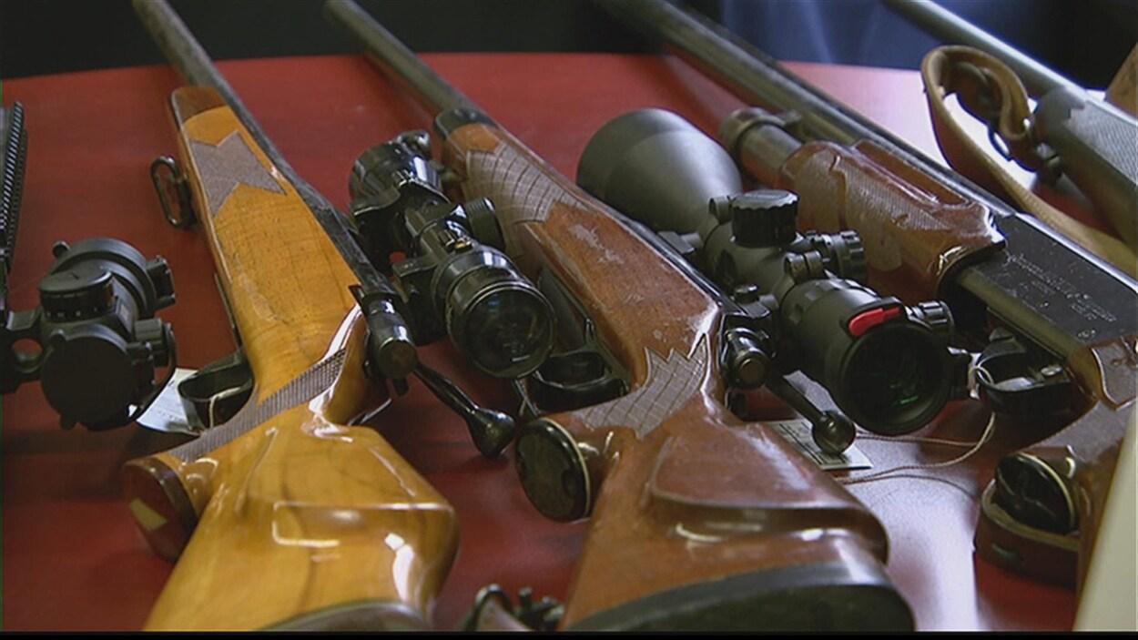 Gros plan sur des fusils de chasse.